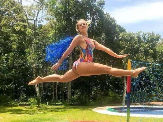 De maiô, Paolla Oliveira salta em cama elástica e brinca: 'Pulando o Carnaval'