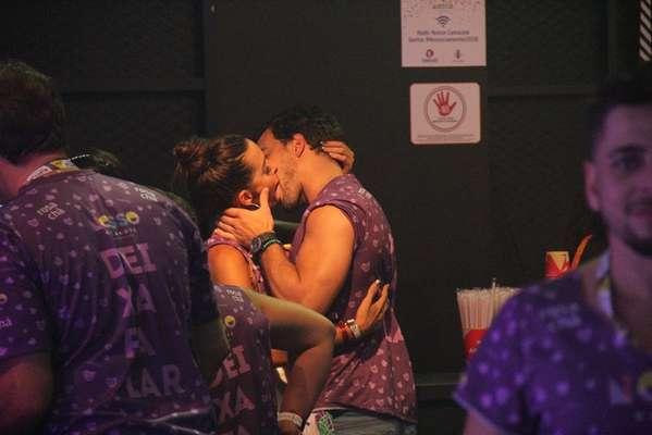 Carla Prata foi flagrada beijando muito em um dos camarotes da Marques de Sapucaí