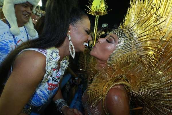 Musas do Carnaval trocam selinho antes de desfile na Sapucaí