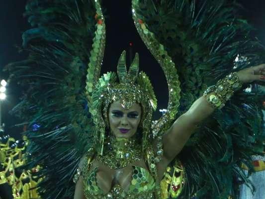 Viviane Araújo veio representando uma rainha faraó à frente da bateria do Salgueiro na madrugada desta terça-feira, dia 13 de fevereiro de 2018