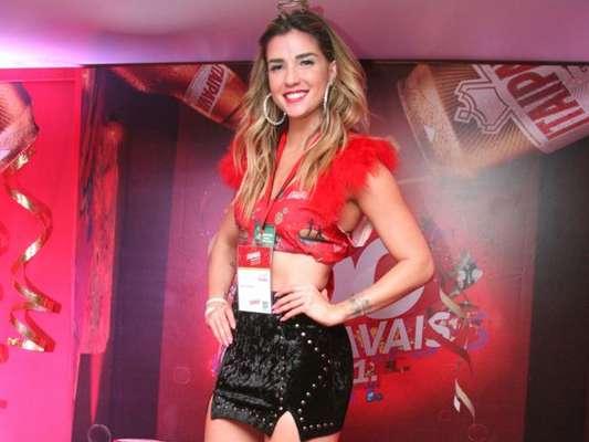 Aline Gotschalg deixou as pernas à mostra com um look curtinho no Camarote Itaipava