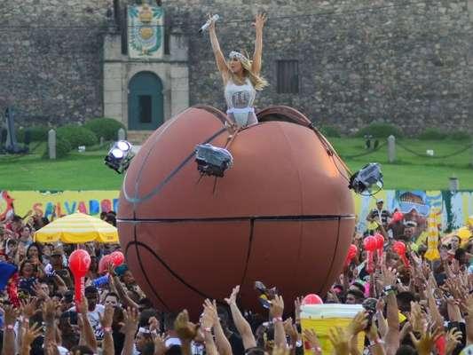 Claudia Leitte cantou dentro de uma bola de basquete gigante no Bloco Largadinho, em Salvador, nesta terça-feira, dia 13 de fevereiro de 2018