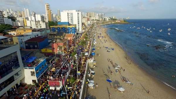 Multidão toma conta das ruas de Salvador desde a última quinta-feira (8)