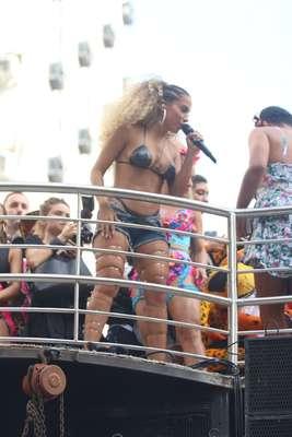 Cantora agitou folia carioca neste sábado e ousou no visual