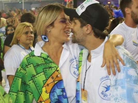 Bruno Gagliasso e Giovanna Ewbank desfilaram na ala da diretoria da Beija-Flor na madrugada deste domingo, 18 de fevereiro de 2018