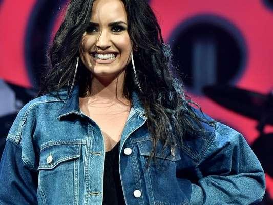 Demi Lovato contou que existe a possibilidade de ela namorar uma mulher