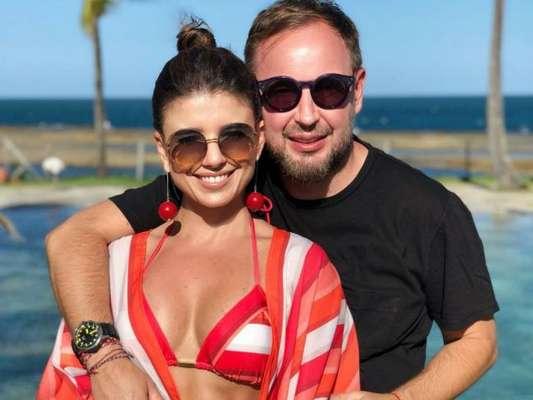 Paula Fernandes comemorou o aniversário de Claudio Mello junto do jornalista em um resort de Porto de Galinhas, em Pernambuco