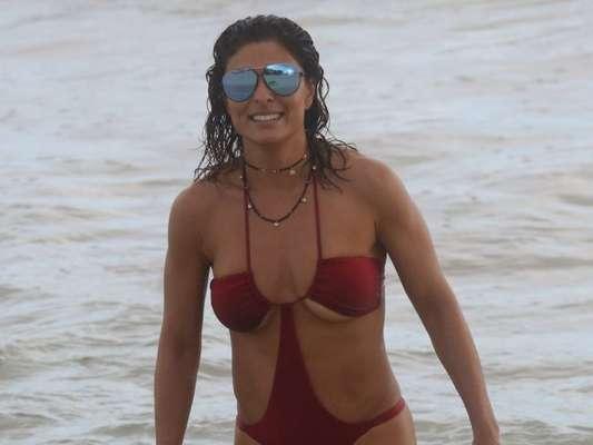 Juliana Paes escolhe maiô 'engana-mamãe' para curtir dia de praia com a família na Praia de Grumari, no Rio, em 11 de março de 2018
