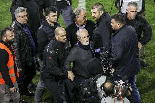 Presidente de time grego invade campo armado e jogo é suspenso