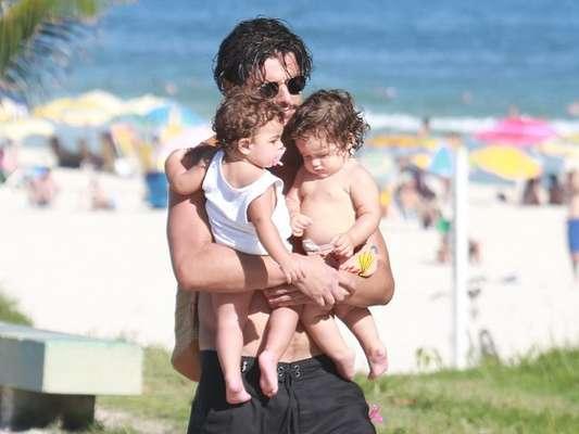 Bruno Gissoni esbanjou fofura com filha, Madalena, e sobrinha, Maria, em dia de praia nesta segunda-feira, 12 de março de 2018