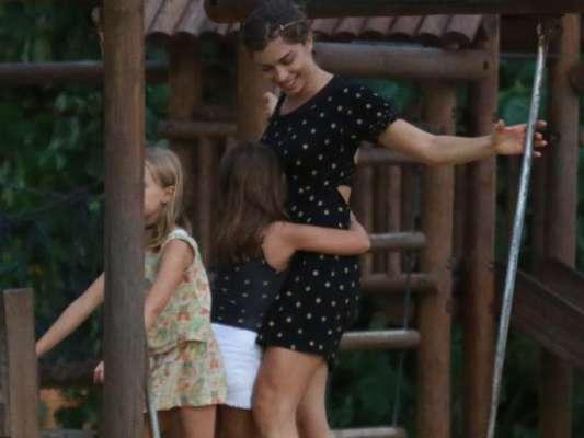 Grazi Massafera levou a filha, Sofia, de 5 anos, para brincar com uma amiga na praia e em um parquinho de São Conrado, Zona Sul do Rio de Janeiro, nesta segunda-feira, dia 12 de março de 2018