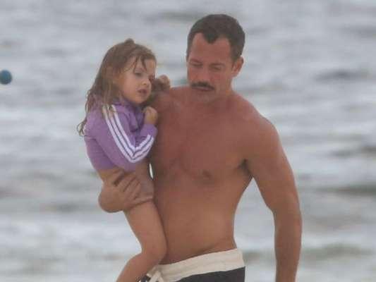 Paizão! Malvino Salvador se diverte em praia no Rio com a filha Ayra nesta segunda-feira, dia 12 de março de 2018