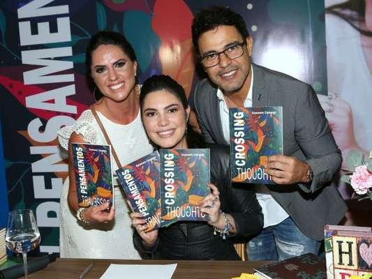 Graciele Lacerda, Zezé Di Camargo e a família do sertanejo prestigiam lançamento do livro 'Pensamentos Travessos', de Emanuely Camargo, na livraria Leitura, do Goiânia Shopping, em Goiás, na noite desta terça-feira, 13 de março de 2018