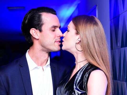 Marina Ruy Barbosa beijou o marido, Xande Negrão, em lançamento da coleção Inverno 2018 da Colcci, na noite desta terça-feira, 13 de março de 2018