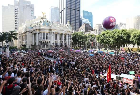 Amigos, ativistas e companheiros de política participaram hoje (15), à frente da Câmara Municipal, de um ato em homenagem à vereadora carioca Marielle Franco (PSOL), assassinada na noite de ontem, no centro do Rio de Janeiro. Durante o ato, os manifestantes pediram justiça