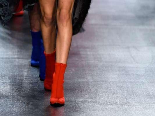 Das passarelas para as ruas: as botas vermelhas estão em alta! Em conversa com o Purepeople, a stylist Isabella de Castro dá dicas de como usar e combinar com os looks