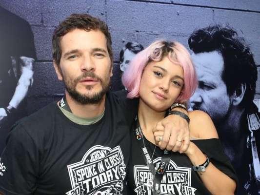 Sophie Charlotte exibiu o cabelo rosa em show do grupo Pearl Jam, ao lado do marido, Daniel de Oliveira: 'Tinta semipermanente. Daqui a pouco sai'