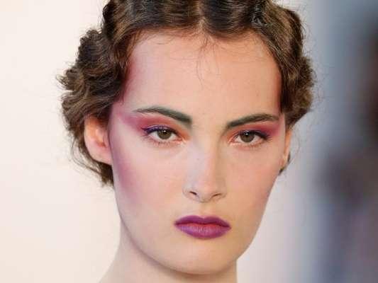 Maquiadora Milena Brambilla dá dicas de beleza ultra violet: 'Caso você queira usar o violet na boca e nos olhos, o legal é alternar os tons. Usar um tom mais claro nos olhos e escuro na boca ou vice e versa'
