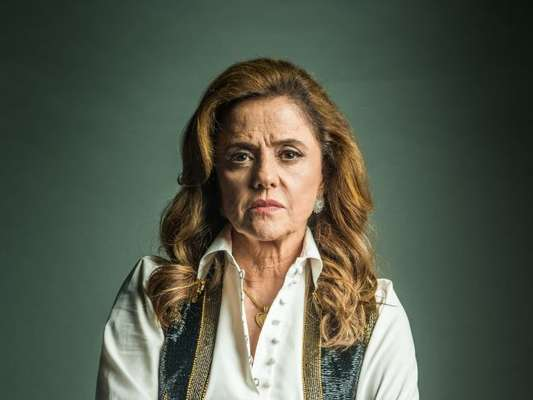 Sophia (Marieta Severo) é presa em flagrante ao tentar esfaquear Caetana (Laura Cardoso) na reta final da novela 'O Outro Lado do Paraíso'