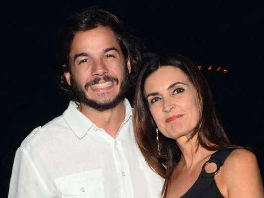 Fátima Bernardes ganhou abraço do namorado, Túlio Gadêlha, após curtirem musical na noite desta sexta-feira, 30 de março de 2018