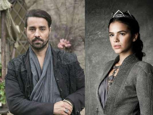 """Em """"Deus Salve o Rei"""": Virgílio (Ricardo Pereira) descobre segredo de Catarina (Bruna Marquezine) com ajuda de Diana (Fernanda Nobre)"""
