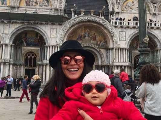 Carol Castro comemorou oito meses da filha, Nina, em Veneza, na Itália, nesta quinta-feira, 12 de abril de 2018