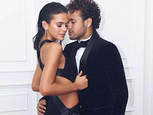 Neymar e Bruna Marquezine trocam beijos em baile de gala