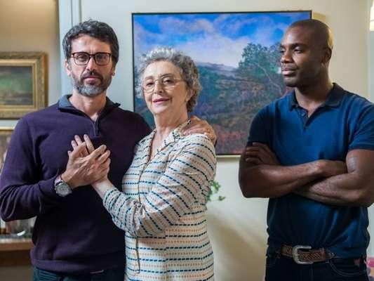 Adnéia (Ana Lucia Torre) transforma Cido (Rafael Zulu) em seu empregado para aceitar o namoro dele com o filho, Samuel (Eriberto Leão) na novela 'O Outro Lado do Paraíso'