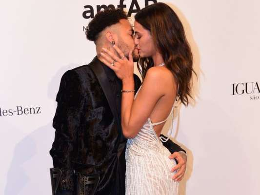 Bruna Marquezine e Neymar trocam beijos no Red Carpet