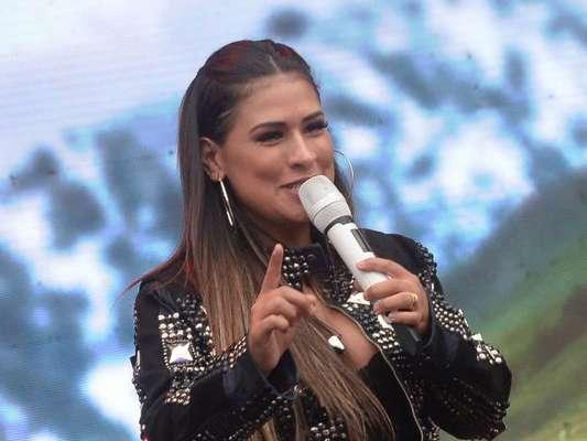 Simone fez apresentações sem a companhia da irmã Simaria e justificou a ausência da artista: 'Essa semana ela ficou doente e está internada'