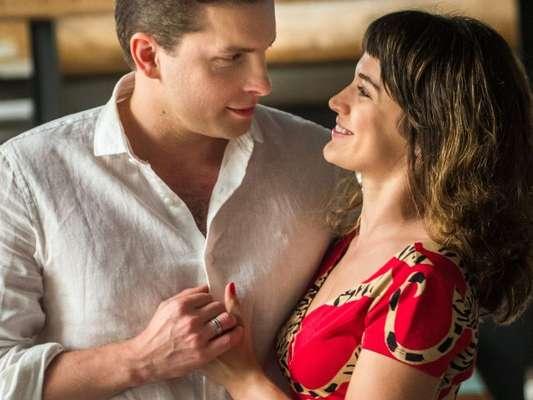 """Em """"O Outro Lado do Paraíso"""": Clara (Bianca Bin) e Patrick (Thiago Fragoso) têm sua primeira noite de amor"""