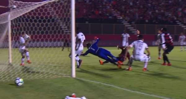 Campeonato Brasileiro de 2018: Vitória x Flamengo - bola bate no rosto de Éverton Ribeiro, em cima da linha e o juiz marca pênalti