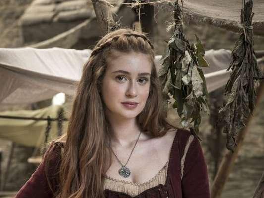 Amália (Marina Ruy Barbosa) vai despertar o interesse de Gregório (Danton Mello) após salvar o novo conselheiro de um grupo de bandidos nos próximos capítulos da novela 'Deus Salve o Rei'