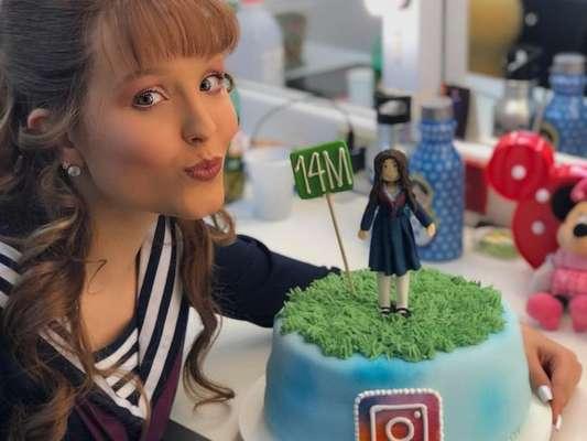 Larissa Manoela comemora 14 milhões de seguidores com bolo temático