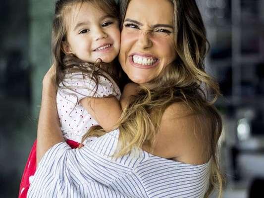 Mãe de Maria Flor, de 2 anos, Deborah Secco relata desafio para conciliar vida profissional com a maternidade