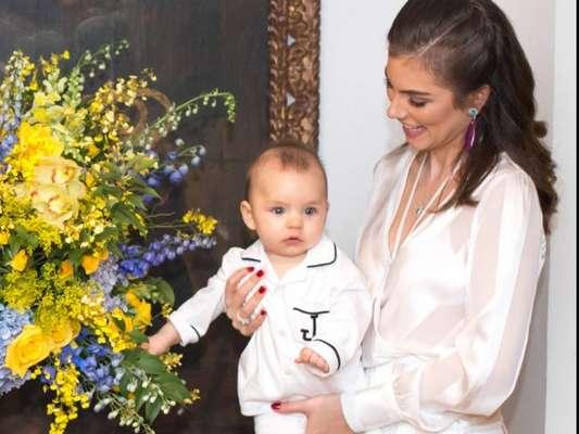 Bruna Hamú falou sobre dificuldade ao fazer o filho, Júlio, de 1 ano, dormir no colo