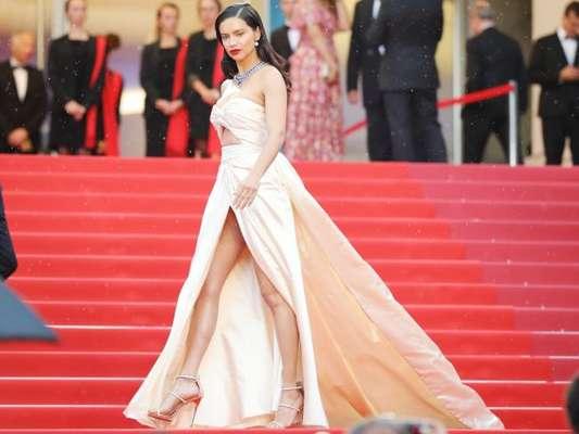 Cannes 2018: Adriana Lima usa colar de safira e vestido vintage no tapete vermelho nesta quarta-feira, dia 16 de maio de 2018