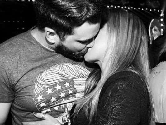 Zilu Camargo postou foto beijando o namorado, Marco Augusto Ruggiero, na madrugada desta quinta-feira, 17 de maio de 2018