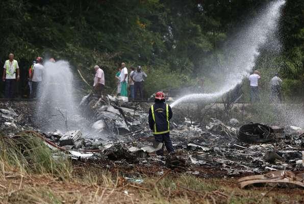 Bombeiros trabalham em local de queda de avião em Cuba