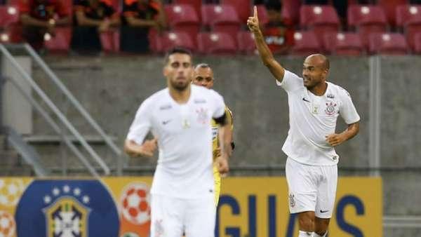 Roger comemora o gol do Corinthians