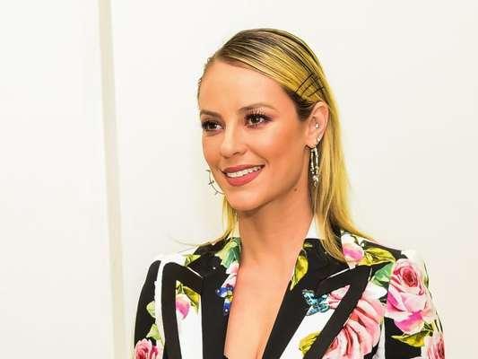 Paolla Oliveira usou grampos no cabelo, look Dolce & Gabbana e joias Andreia Conti na pré-estreia do filme 'Alguém Como Eu', no Cinemark Iguatemi, em São Paulo, nesta terça-feira, 22 de maio de 2018