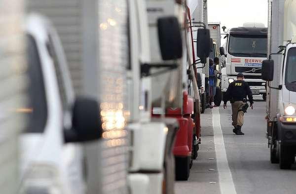 Greve Caminhoneiros - Os caminhoneiros seguem em protesto em pelo menos 20 Estados do País contra a alta do diesel. Este é o 4º dia de manifestações que já afetam mais de 200 trechos de rodovias federais. Em São Paulo, postos na capital, no interior e no Vale do Paraíba começam a ficar sem combustível nas bombas. No Rio, o diesel não chegou às garagens de ônibus, e motoristas enfrentaram filas em vários postos. A paralisação também afetou a entrega dos Correios que suspenderam temporariamente as postagens. No fim do dia, a Petrobrás decidiu reduzir em 10% o valor médio do diesel comercializado em suas refinarias, equivalente a R$ 0,2335 por litro para as distribuidoras. Para o consumidor, o impacto pode chegar a uma redução de R$ 0,25 na bomba