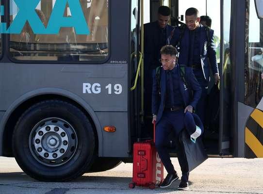 Neymar desce do ônibus que levou os jogadores até perto da aeronave no Aeroporto do Galeão