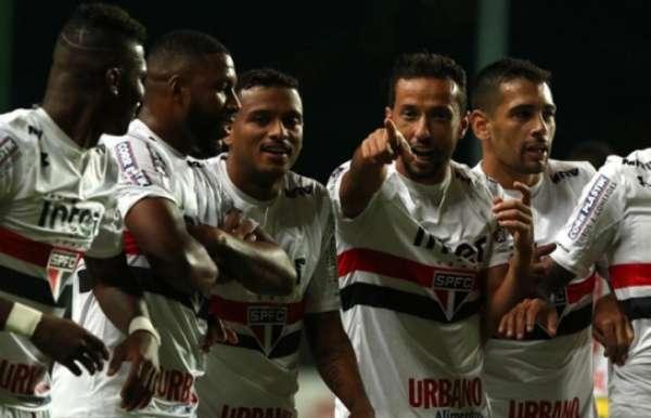 Nenê comemora um de seus gols contra o América-MG