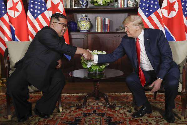 Trump e Kim apertam as mãos e iniciam cúpula inédita