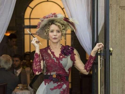 Josephine (Christine Fernandes) revela que Tibúrcio (Oscar Magrini), seu marido, não a socorreu ao sofrer acidente de barco na novela 'Orgulho e Paixão'