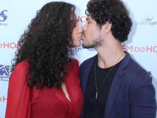 Débora Nascimento trocou beijo com José Loreto ao lançar o filme 'Além do Homem', no shopping Leblon, no Rio, nesta terça-feira, 12 de junho de 2018