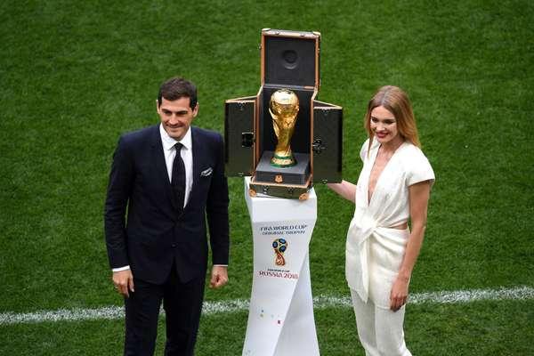 Ex-goleiro da Espanha Iker Casillas e a modelo Natalia Vodianova mostram a taça da Copa do Mundo na cerimônia de abertura do evento