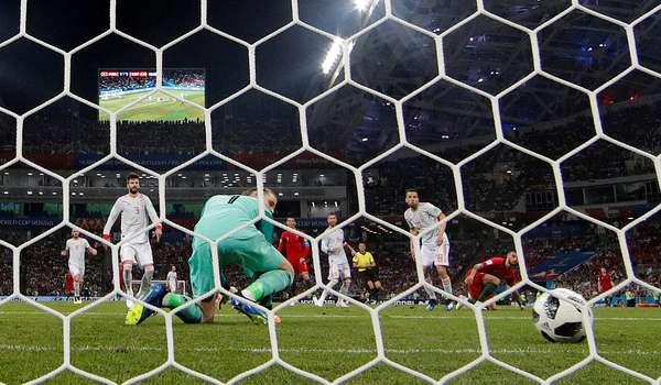De Gea tenta segurar a bola chutada por Cristiano Ronaldo e acaba sofrendo um frango