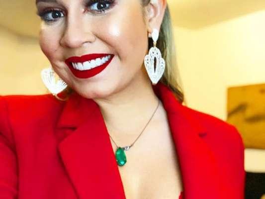 Marília Mendonça apostou em look vermelho com lingerie à mostra e blazer decotado nesta sexta-feira, dia 15 de junho de 2018